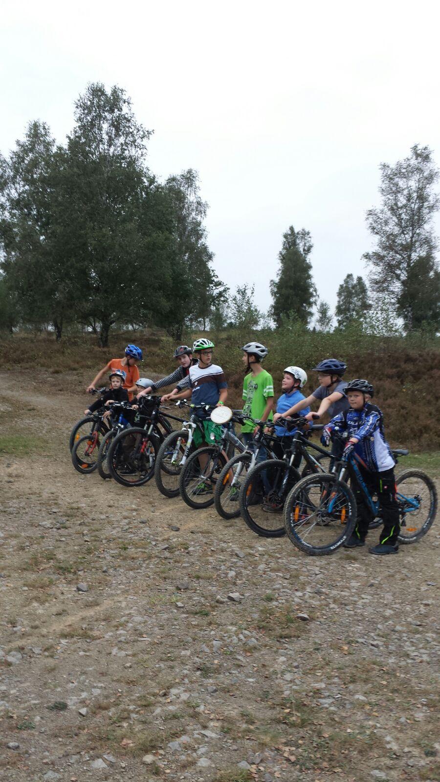 Jungschar-Jungs auf dem Truppbacher Übungsplatz mit Fahrrädern