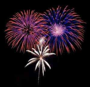 Feuerwerk mit 3 bunten Explosionen im dunklen Nachthimmel