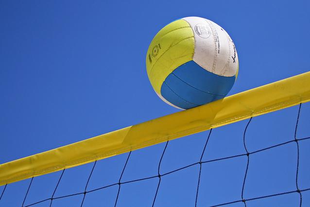 Volleyball auf der Netzkante