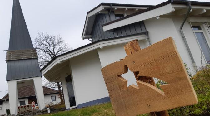 Holzstern als Wegweiser in Alchen